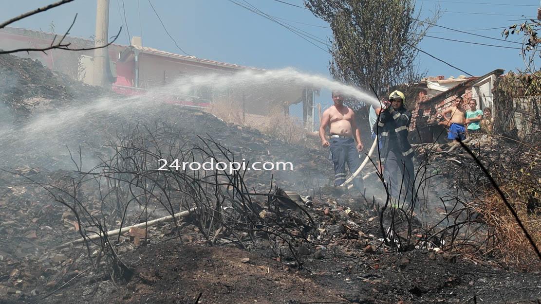 "ВИДЕО репортаж: Треви и огради горяха в ""Боровец"", местни помагаха на огнеборците"