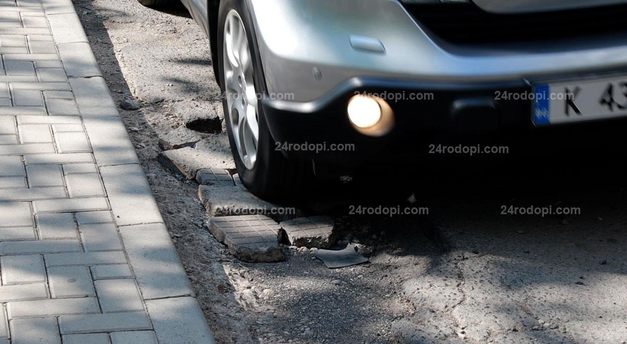 ВИДЕО: Парчета плочки за запълване на дупките