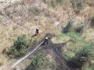 Огнеборци гасиха 6 дка треви, пламнала газова бутилка
