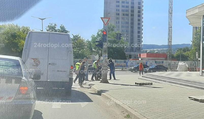 Блъснат моторист и колони от автомобили в центъра