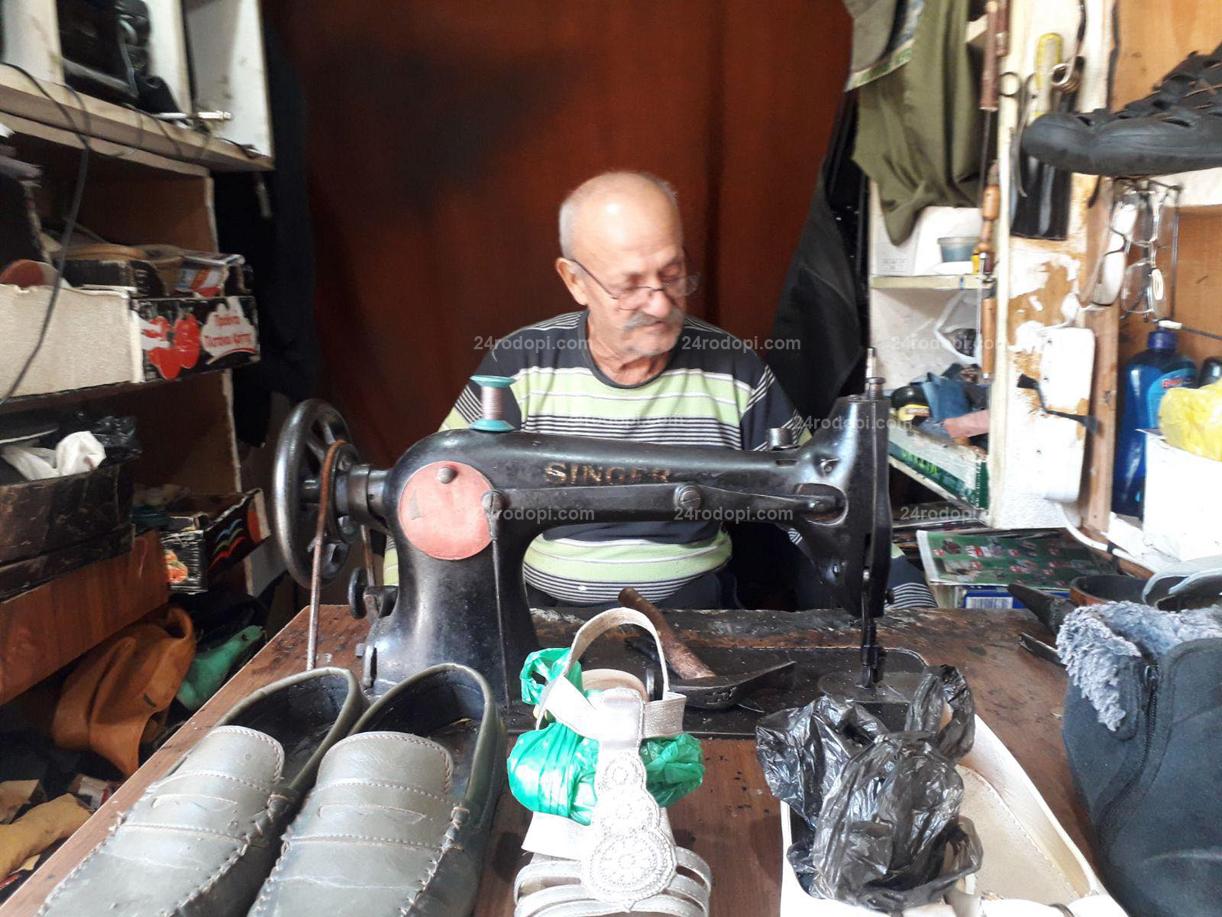 56 години труд! Бай Хасан – обущарят за токчета и… футболни калеври!