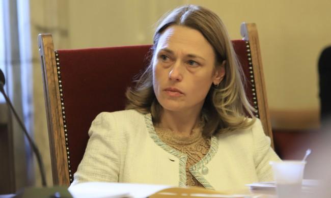 Заплашиха с убийство Ива Митева, шефката на парламента се страхува за детето си