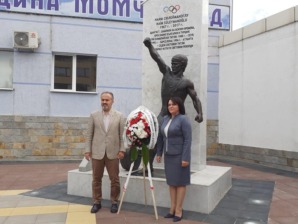 ВИДЕО репортаж: Венец пред паметника на Наим и… Бурса ще отбелязва Ден на Момчилград