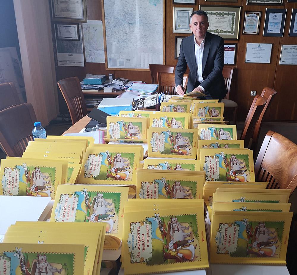 Чанта с пособия и книжка с послание от Хасан Азис за 650 първолаци