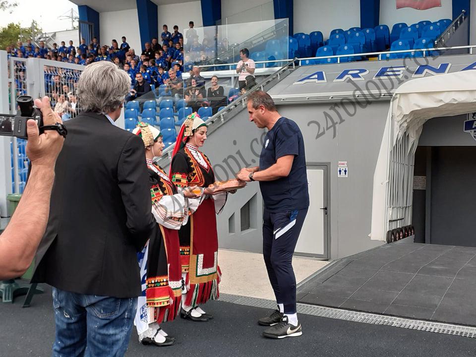 С пита и мед посрещнаха Херо на стадиона в Кърджали!