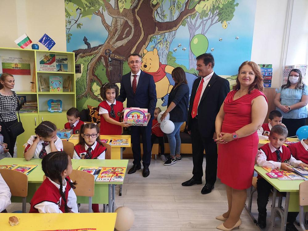 """Кметът изненада първолаците в """"Славейков"""", изигра и… танца на надеждата с децата (снимки)"""