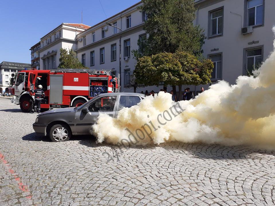 """Кола """"гори"""" на метри от сградата на МВР!"""