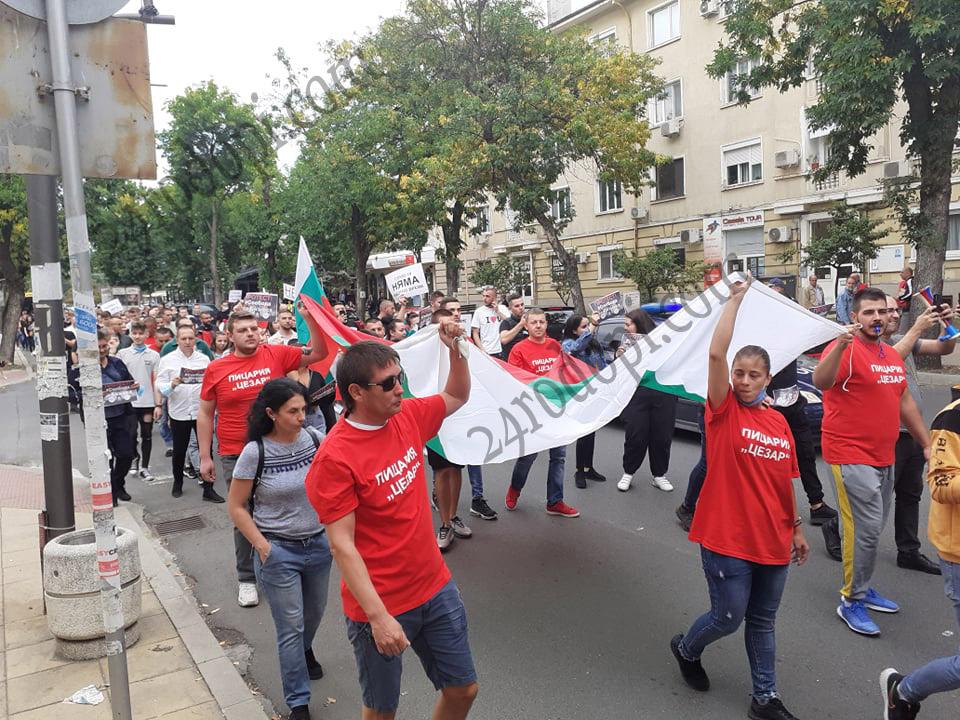 Бунтът на ресторантьорите: Стотици блокираха центъра на Кърджали!(снимки)
